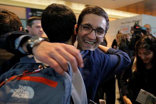 استقبال از بهنام پرتوپور دانشجوی ایرانی در فرودگاه بوستون ماساچوست آمریکا