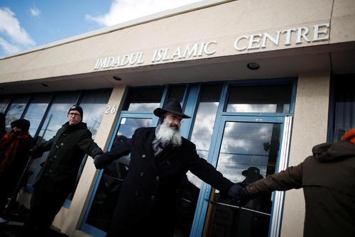 حلقه دوستی اعضای جامعه یهودیان و مسیحیان شهر تورنتو کانادا دور یک مرکز اسلامی در این شهر و اعلام همبستگی با مسلمانان در پی حمله هفته گذشته به یک مسجد در کبک