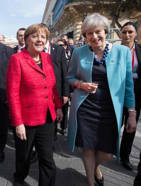قدم زدن نخست وزیر بریتانیا با صدر اعظم آلمان در خیابان های شهر والتا در مالت