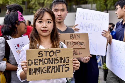 تجمع در مقابل سفارت آمریکا در کوالالامپور مالزی در اعتراض به فرمان اجرایی ترامپ مبنی بر ممنوعیت ورود اتباع 7 کشور مسلمان به آمریکا