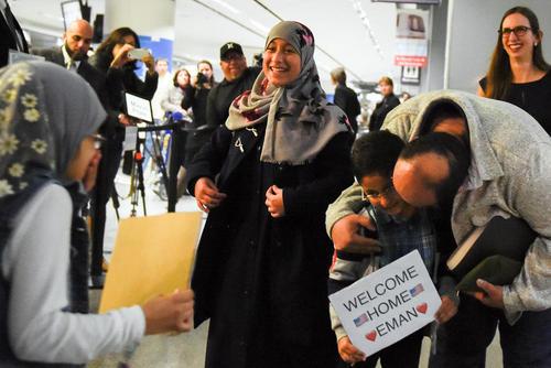 استقبال از یک خانواده یمنی در فرودگاه بین المللی شهر سانفرانسیسکو آمریکا