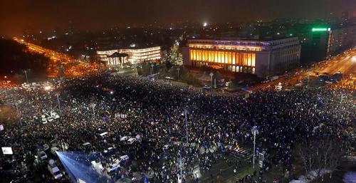 ادامه تظاهرات دهها هزار نفری ضد فساد در میدان ویکتوریا شهر بخارست رومانی