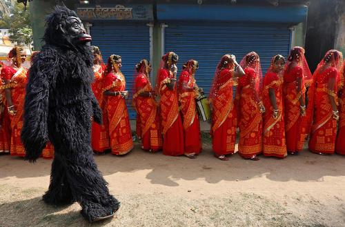 ازدواج گروهی 109 زوج مسلمان و هندو در روستایی در کلکته هند