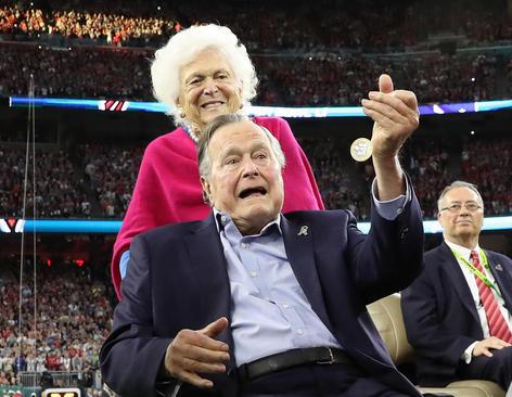 حضور جورج بوش پدر و همسرش در فینال لیگ فوتبال حرفه ای آمریکا در هوستون تگزاس