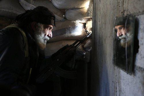 یک نیروی مسلح مخالف حکومت سوریه از گروه جیش الاسلام در کمینگاهی در دمشق