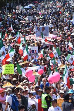 تظاهرات مردم مکزیک در اعتراض به طرح ترامپ برای ساخت دیوار در مرز آمریکا و مکزیک – مکزیکوسیتی