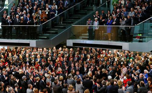 خداحافظی همراه با تشویق از رییس جمهور سابق آلمان پیش از آغاز مرحله نخست رای گیری برای انتخاب رییس جمهور جدید این کشور – پارلمان آلمان در برلین