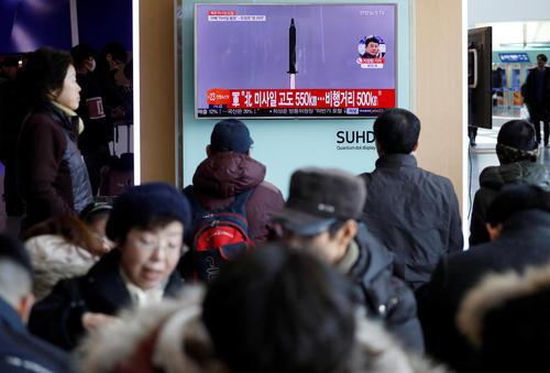 مردم کره جنوبی در حال پیگیری خبر مربوط به انجام آزمایش موشکی جدید همسایه متخاصم شمالی – ایستگاه قطار شهر سئول