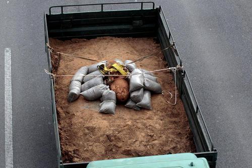 حمل یک بمب تازه کشف شده عمل نکرده - 250 کیلویی - از دوران جنگ دوم جهانی با یک کامیون نظامی – یونان