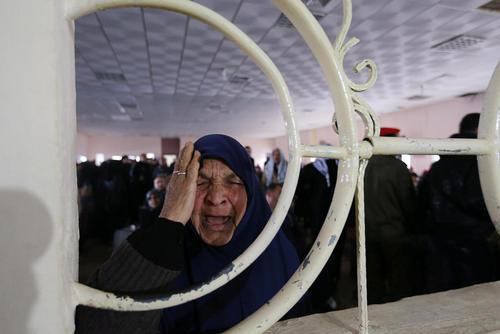 فلسطینی های منتظر عبور به خاک مصر در مرز رفح در باریکه غزه