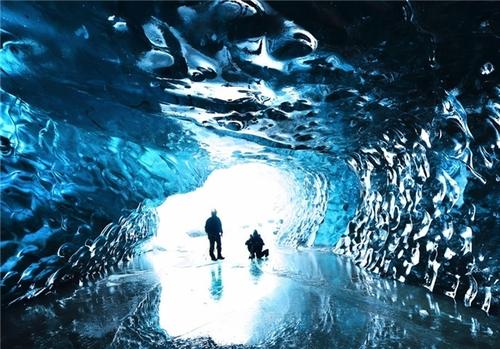 مجموعه غارهای یخی واتنایوکول در ایسلند که بزرگترین یخچال در جهان به شمار میآیند.