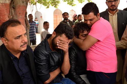 تشییع 14 قربانی حمله انتحاری در شهر لاهور پاکستان