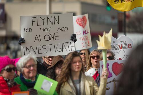 تجمع مخالفان دونالد ترامپ در مقابل دفتر رییس اکثریت جمهوریخواهان سنا – میچ مک کانل – در شهر لوییزویل ایالت کنتاکی آمریکا با درخواست تحقیق درباره ارتباطات پنهانی ترامپ با روسیه
