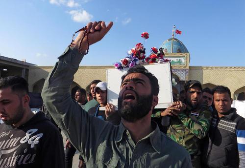 مراسم تشییع یکی از کشته شده های تظاهرات ضد دولتی روز شنبه در بغداد – نجف