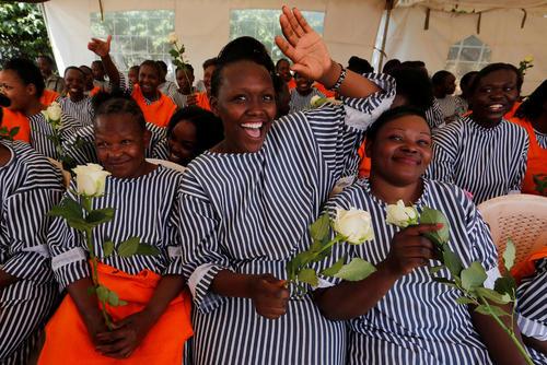 اعطای گل به زنان زندانی در شهر نایروبی کنیا به مناسبت ولنتاین