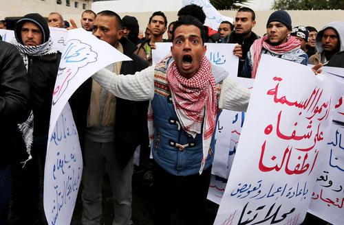 تظاهرات کارخانه داران غزه ای برای بازسازی کارخانه های ویران شده شان در جریان جنگ تابستان 2014 بین حماس و اسراییل