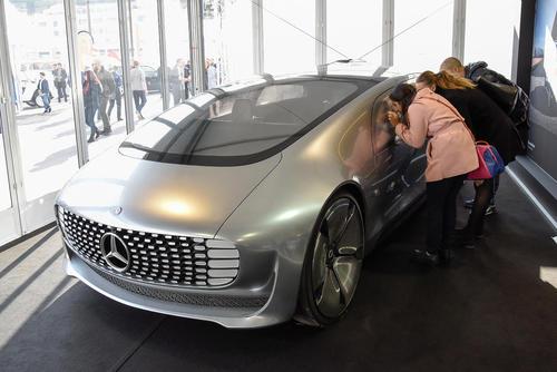 نمایش یک مرسدس بنز برقی در نمایشگاه سالانه اتومبیل در موناکو