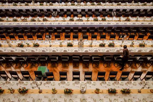 آماده میز صیافت سنتی شام سالانه در شهر هامبورگ آلمان. این ضیافت سنتی که از سال 1356 میلادی در این شهر برگزار می شود امسال با حضور نخست کانادا به عنوان میهمان ویژه همراه خواهد بود