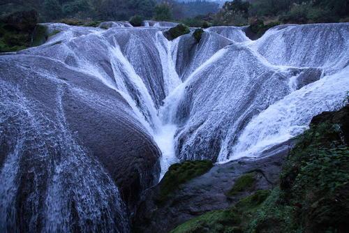 آبشاری زیبا موسوم به