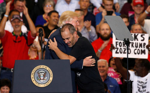 سخنرانی دونالد ترامپ در جمع 9 هزار حامی خود در شهر ملبورن ای فلوریدا و در آغوش کشیدن یکی از حامیانش