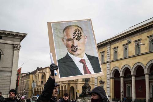 تظاهرات علیه پوتین از سوی یک گروه راستگرای آلمانی در شهر مونیخ و در حاشیه کنفرانس امنیتی سالانه این شهر