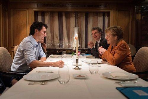 شام مشترک صدر اعظم آلمان با نخست کانادا در هتل