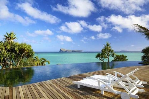 استخر رویایی هتل پارادایز کاو جزیره موریس با چشم اندازی بی انتها از آبهای فیروزه ای اقیانوس هند.