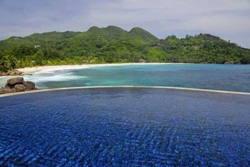 هتل بانیان تری در مجمع الجزایر سی شل در اقیانوس هند. ویلا اتاق های این هتل هر یک دارای استخری اختصاصی هستند که مسافر می تواند هنگام شنا کردن منظره اقیانوس و طبیعت اطرافش را تحسین کند.