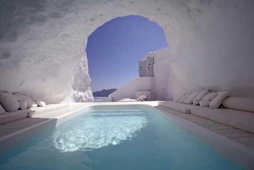 استخر تماشایی هتل کاتیکیئس در جزیره سانتورین یونان که در صخره ای گچی حفر شده است. در واقع، استخری با آب فیروزه ای در غاری سفید رنگ.