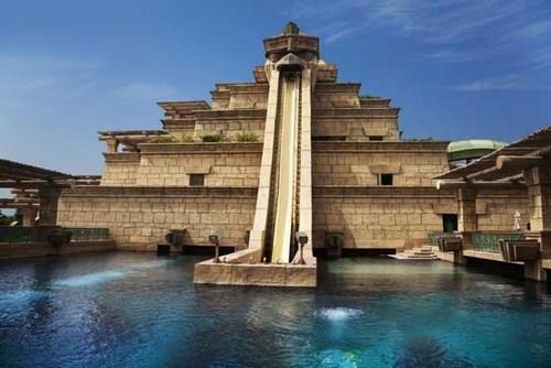 استخر باشکوه هتل پارادایز آیلند ریسورت در مجمع الجزایر باهاماس درآب های اقیانوس اطلس بین ایالت فلوریدا و کوبا.