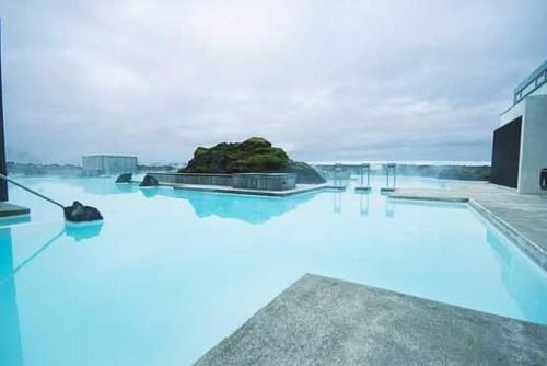 استخر هتل اسپا بلو لاگون در منطقه گرینداویک جزیره ایسلند که با آبهای گرم آبفشان ها پر شده است.