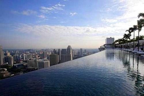 استخر هتل مارینا بی ساندز سنگاپور بر فراز سه ساختمان 55 طبقه در ارتفاع 200 متری از سطح زمین و به طول 150 متر.