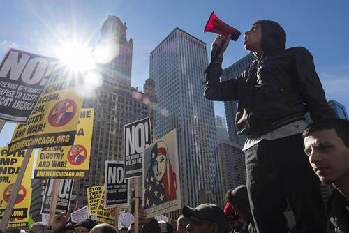 تظاهرات مخالفان ترامپ در مقابل برج ترامپ در شهر شیکاگو در اعتراض به سیاست های ضد مهاجرتی رییس جمهور جدید آمریکا