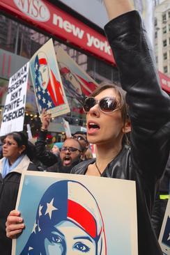تظاهرات مخالفان سیاست های ضد مهاجرتی ترامپ در میدان تایمز نیویورک