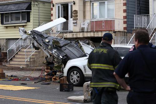 سقوط یک هواپیمای کوچک در خیابانی در نیوجرسی آمریکا – دو سرنشین هواپیما به بیمارستان منتقل شدند