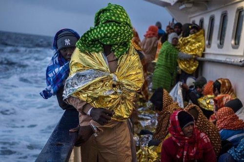 نجات پناهجویان آفریقایی تبار از سوی گارد ساحلی ایتالیا در دریای مدیترانه