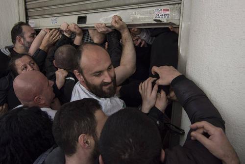 هجوم کارگران تعدیل شده بیمارستان های دولتی یونان به ساختمان وزارت بهداشت یونان در آتن در اعتراض به اخراج شان