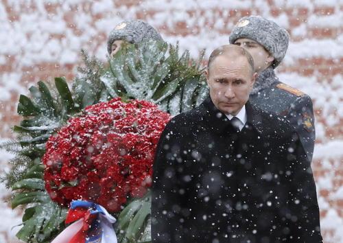 حضور ولادیمیر پوتین رییس جمهور روسیه در مقبره سرباز گمنام در مسکو در روز سرزمین پدری در روسیه