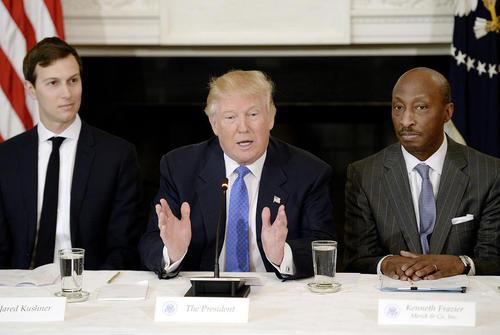 نشست دونالد ترامپ با روسای شرکت های تولید کننده آمریکایی در کاخ سفید