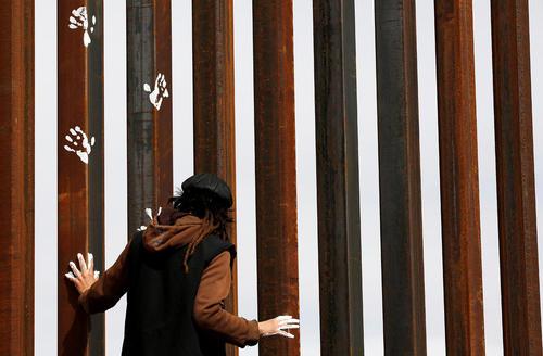 اعتراض به سیاست های ضد مهاجرتی دونالد ترامپ از سوی شهروند مکزیکی و روی دیوار مرزی بین دو کشور
