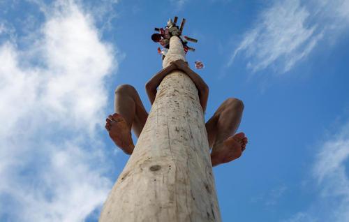 بالا رفتن از عمود چوبی در جریان مسابقه ای جشنواره ای در روسیه