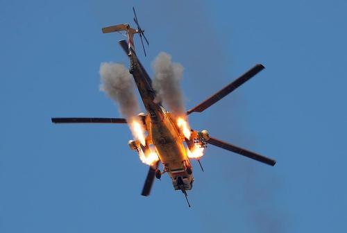 هلی کوپتر ارتش عراق در حال شلیک راکت به مواضع داعش در نبرد موصل