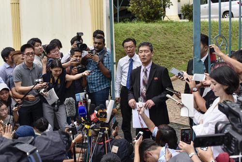 معاون سابق نماینده کره شمالی در سازمان ملل در مقابل سفارت این کشور در کوالالامپور مالزی در حال ارایه توضیحات به خبرنگاران است. او در این کنفرانس خبری گفت شواهد قوی وجود دارد که برادر ناتنی رهبر کشورش بر اثر سکته قلبی درگذشته و مسموم نشده است. به ادعای این دیپلمات کره شمالی