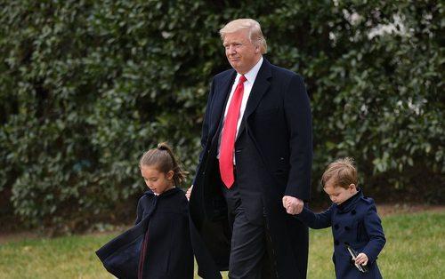 ترامپ در حال عزیمت به هلی کوپتر محوطه کاخ سفید به همراه دو نوه اش برای سفر به مدرسه ای کاتولیک در اورلاندو فلوریدا