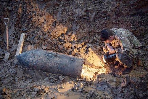 کشف یک بمب بازمانده از جنگ دوم جهانی در زیر زمین خانه ای در شمال غرب لندن