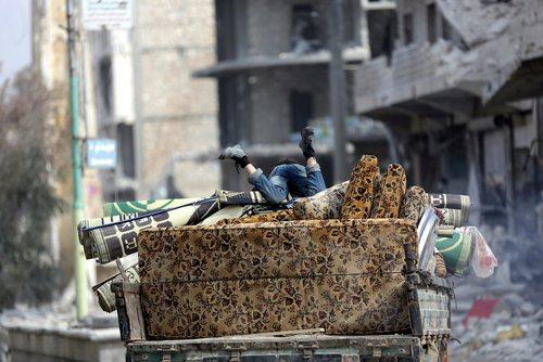 اثاث کشی در شهر الباب سوریه. این شهر به تازگی با حمایت ارتش ترکیه از داعش پس گرفته شد و به کنترل نیروهای مسلح مخالف حکومت سوریه در آمد