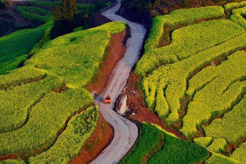 جاده ای مارپیچ و زیبا در لوپینگ چین