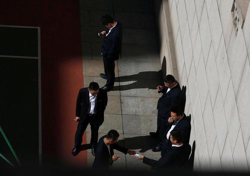 سیگار کشیدن ماموران حفاظت در حاشیه برگزاری نشست سالانه کنگره ملی خلق چین