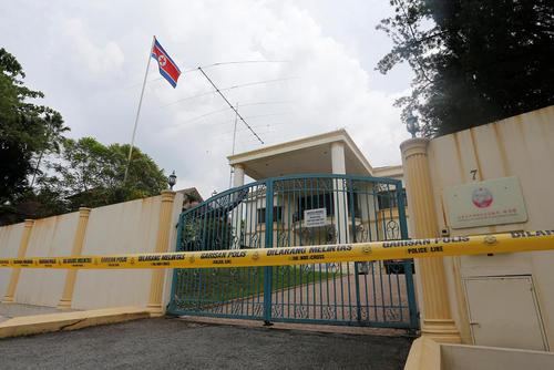 کشیدن نوار زرد پلیس مالزی به دور سفارت کره شمالی در کوالالامپور پس از اخراج سفیر پیونگ یانگ از این کشور