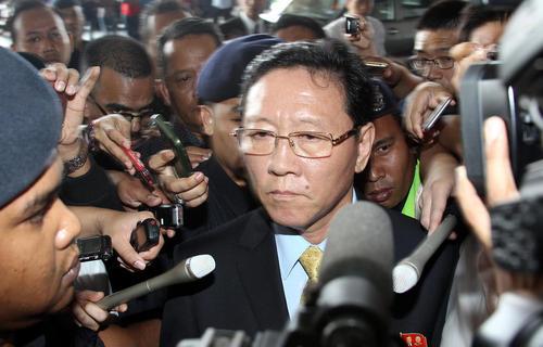 سفیر کره شمالی در حال خروج از مالزی در فرودگاه کوالالامپور در محاصره خبرنگاران است